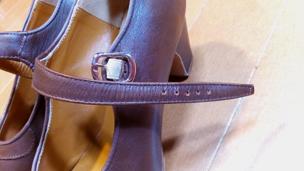 フラメンコシューズのベルトの穴あけの靴修理