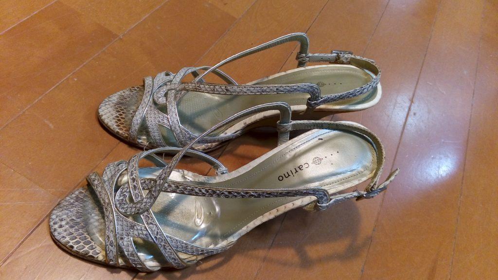靴修理品145:レディースサンダルのベルト固定&トップリフト交換の靴修理