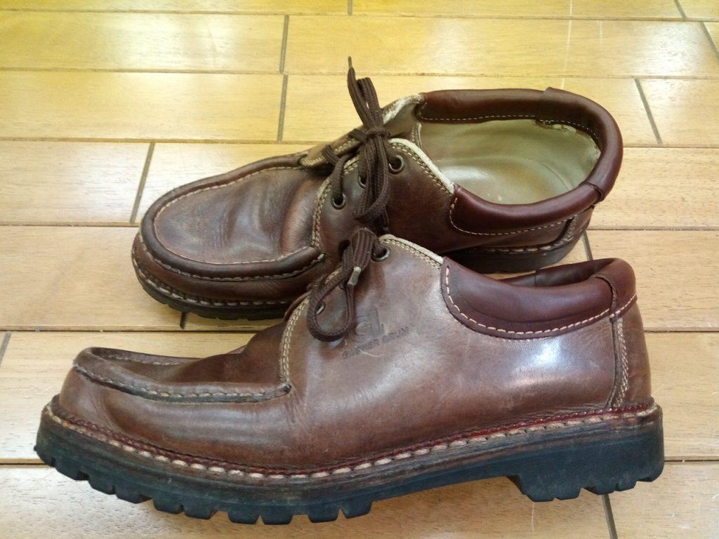 メンズシューズのアッパーかかと部分の破れ補修の靴修理