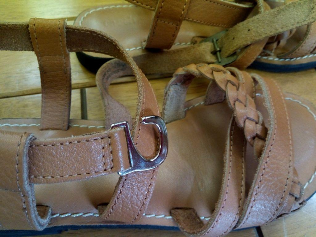 レディースサンダルの金具交換の靴修理