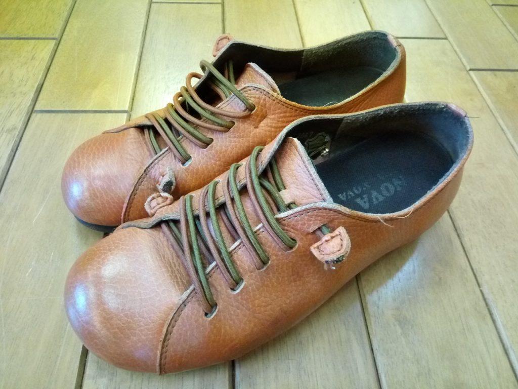 レディース・ウォーキングシューズのアッパー色補修の靴修理